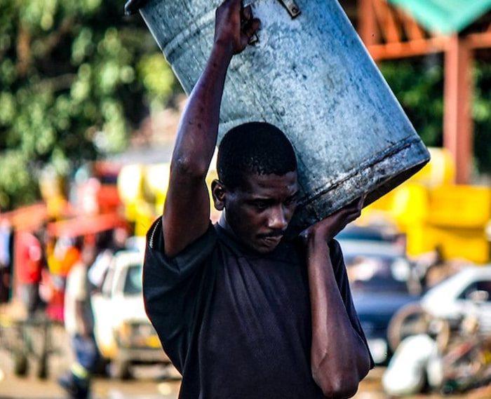 افراد نزدیک معدن Broken Hill در زامبیا، سطح بالای سرب و کادمیوم را در آزمایس های خون نشان می دهند.